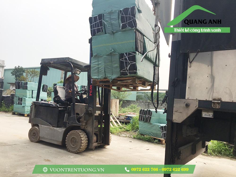 Bốc hàng lên xe tải phục vụ khách hàng tỉnh