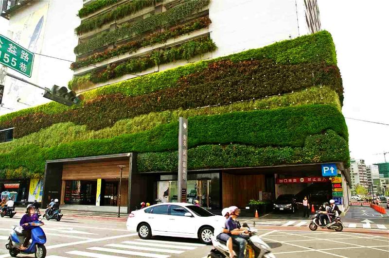 Vườn đứng của công trình làm cho góc đường trở nên sinh động và dịu cả một góc phố đầy nắng
